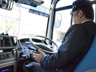 大津市の自動運転バスは運転手が常にハンドルに手を添えて運行