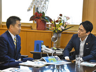 小泉環境相と会談する三日月滋賀県知事
