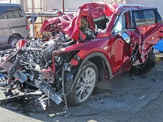 10月28日に高島で発生した正面衝突事故で大破した乗用車