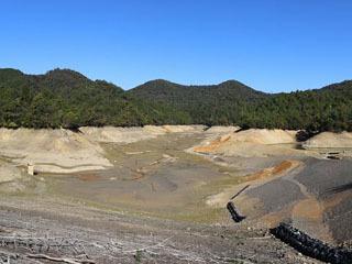 耐震補強工事に備えて水が抜かれた芹川ダム