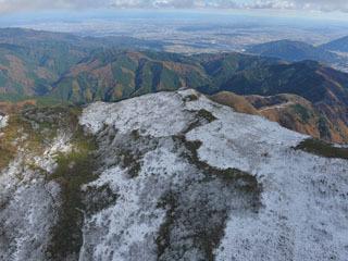 平年より4日遅く初冠雪した伊吹山頂