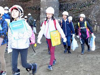 水を抜かれた淡海湖の湖底を歩く児童ら
