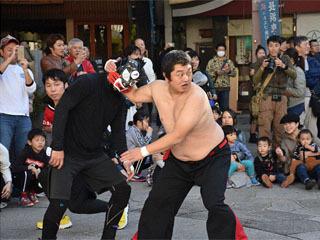 長浜プロレス旗揚げ興行で熱戦を繰り広げるレスラー