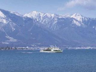 抜き景色の比良山を眺めながら進む琵琶湖汽船の雪見船クーズ