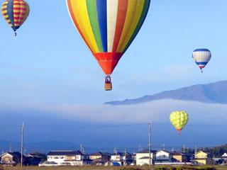 安曇川町上空を飛行する熱気球
