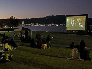 由美浜湖岸で開催された「レイクサイド・シネマ」の社会実験