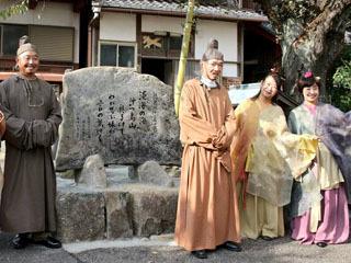 沖島コミュニティセンター前に設置された柿本人麻呂の歌碑