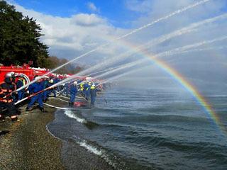 高島の出初め式で行われたいっせい放水
