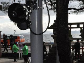 白髭神社前に設置された国道横断自粛を3カ国語で訴えるスピーカー