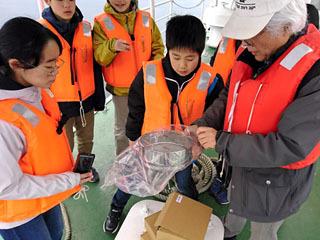 マイクロプラスチックの調査を実体験するジュニアドクター育成塾の受講生
