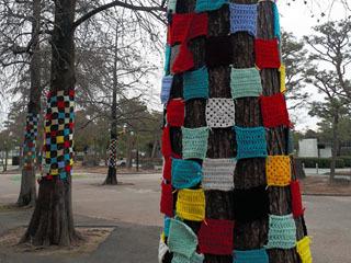 皇子山総合運動公園の立ち木に飾り付けられたヤーンボンビング