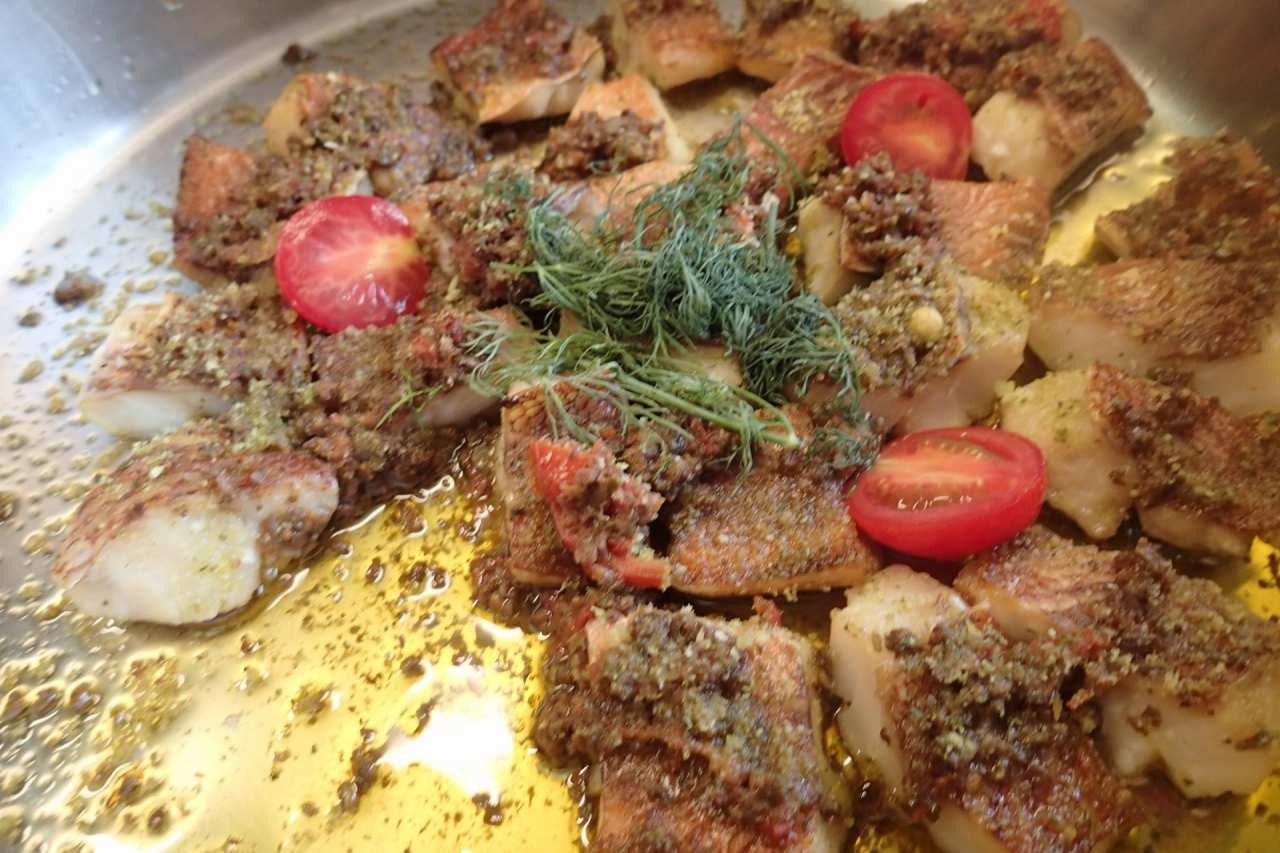 魚とチーズ風味の香草パン粉焼きトマト風味のタプナードソース