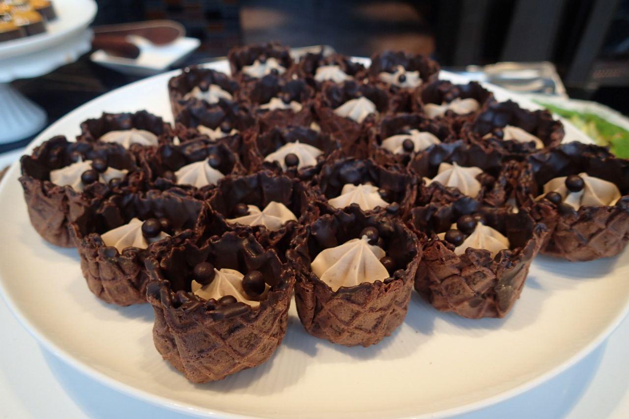 ミルクチョコレートとトンカ豆ムースのチョコレートビスケット