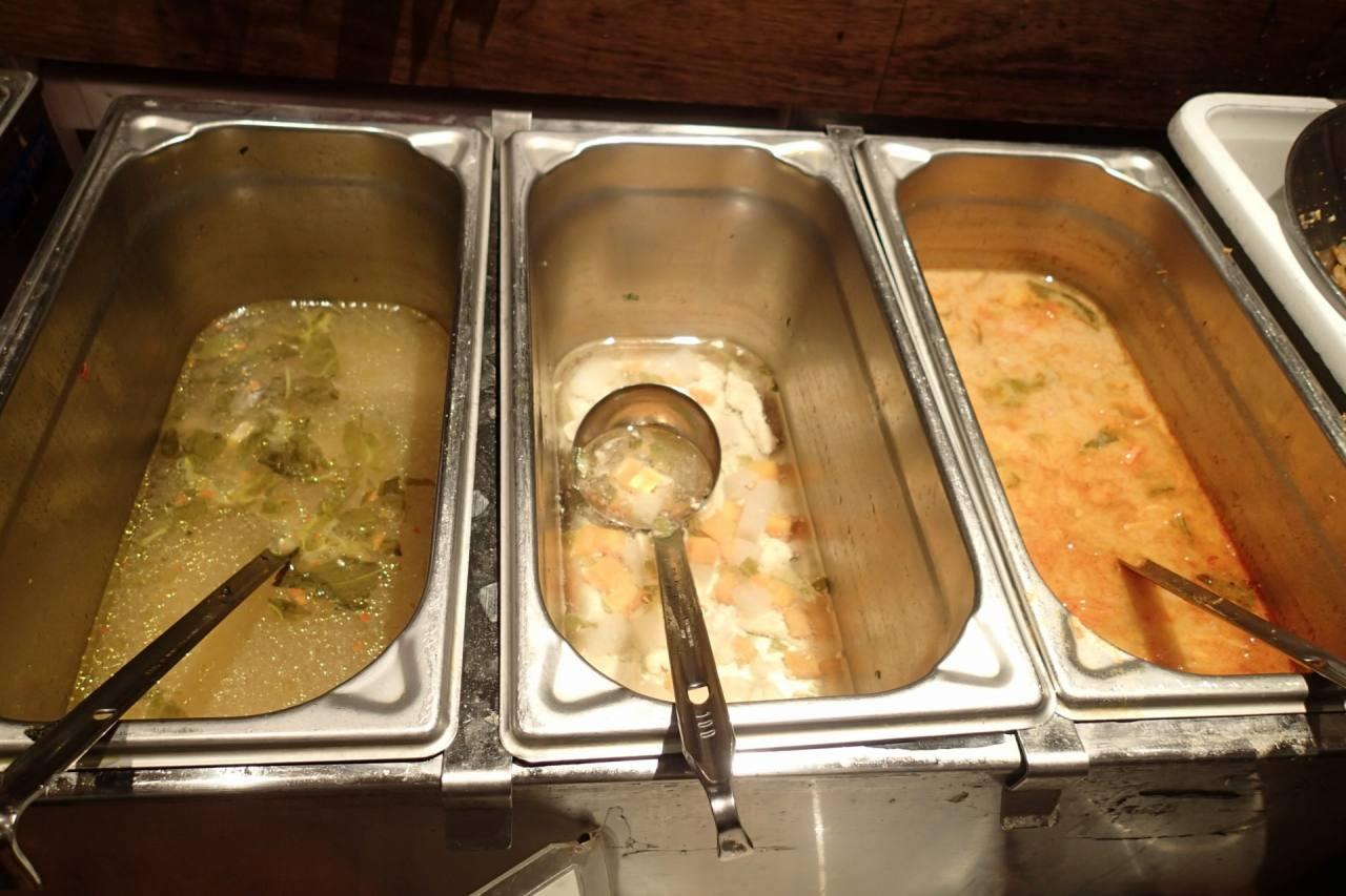 ウコンのスープチキンスープスパイシーシーフードのスープ