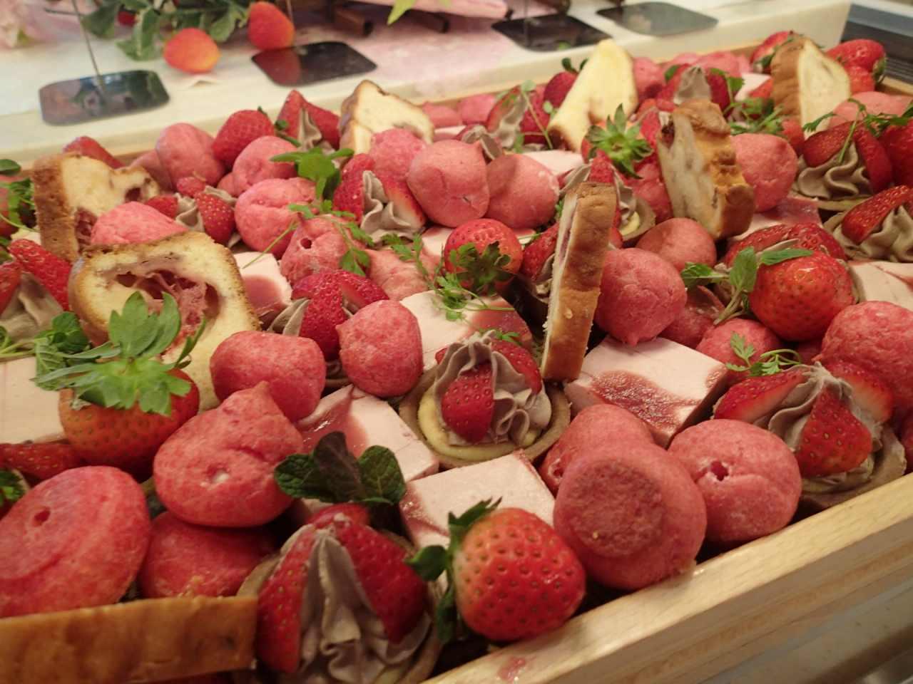 苺のプチシュー、苺ホワイトチョコのバウンドケーキ、苺とチョコクリームのミニチーズタルト、苺のムース