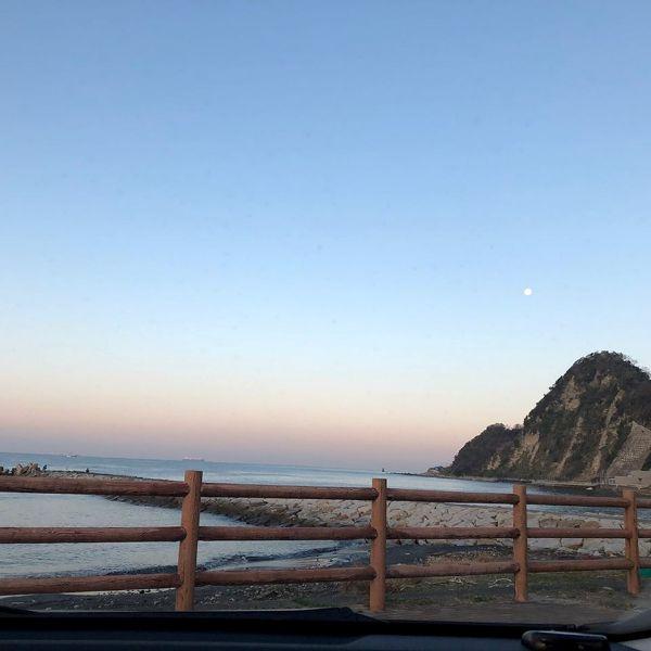 朝の月と岩井海岸