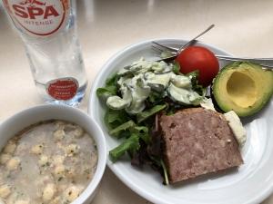 ある日の昼食 スーパーで買っておいたサラダやスープ、パテなど
