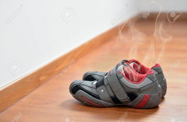16600007-長い一日の後の臭い靴