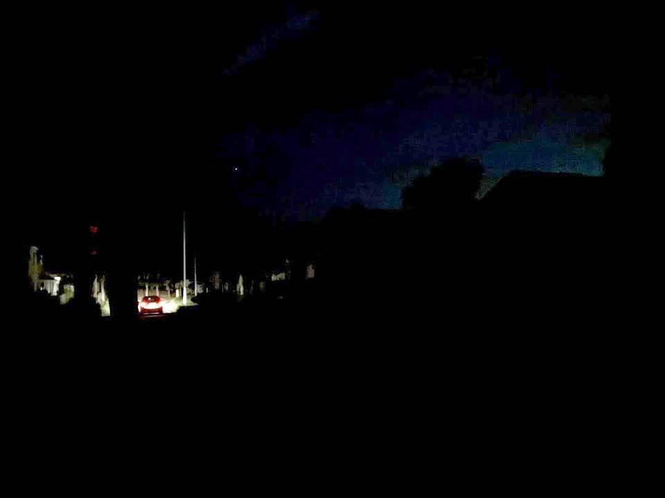 停電した街 車の灯りのみ光る。