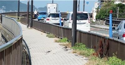 稲村ガ崎の歩道、40センチ沈下Yium3qU0