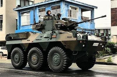 機銃むき出しの装甲車が国道走行b6be409080bafd743a6602c8ddc36de8