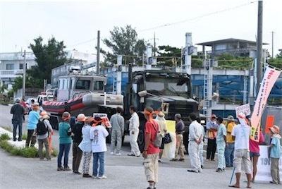米軍トラックの本部港搬入を阻止する市民f786af89b779947a47c0628adfcc8625