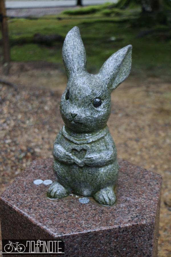 ウサギ石像