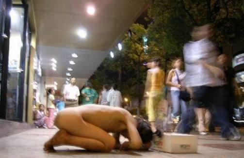 わざと裸にさせられて物乞いを強制される女の子