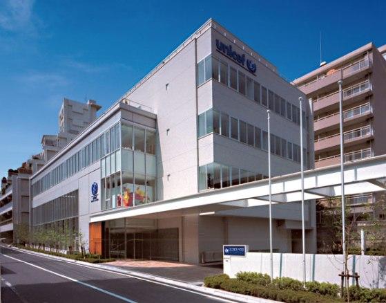 寄付金の25%までをピンハネできる「日本ユニセフ協会」は、都内一等地の港区高輪に寄附金25億円を使って協会ビル「ユニセフハウス」を建設した(2001年7月)
