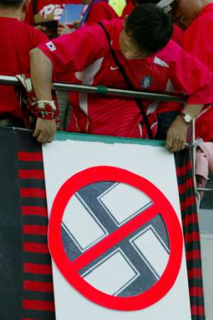 2002年日韓共催WCドイツ戦「ヒトラーの息子達は去れ!」