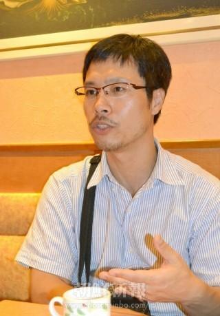 写真展用の作品を手に会見する朝鮮人写真家の安世鴻=22日、霞が関の司法記者クラブ 朝鮮新報には「写真展で日本軍性奴隷制を宣伝し日本政府から金を取りたい」と話していた。