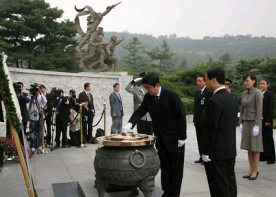 安倍晋三は、韓国の「国立顕忠院」には、すぐに訪問して献花したにもかかわらずだ!