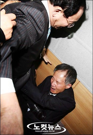 安秉直教授は、同じくソウル大学の李栄薫教授と同様に「慰安婦は売春婦」などと事実を証言したため、韓国の慰安婦団体などから殴る蹴るの集団暴行(リンチ)を受けたこともある。