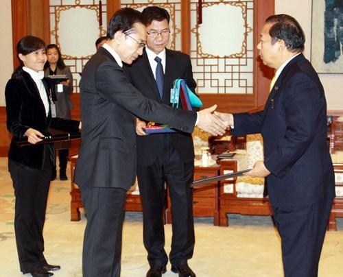 二階俊博 2013年1月に李明博大統領から最高位の国家勲章 『金塔産業勲章』 (1等級) を授与された!・・・