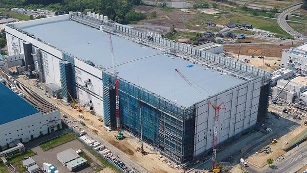 今秋の竣工へ工事が進む東芝メモリ新製造棟=北上市北工業団地、東芝メモリ提供