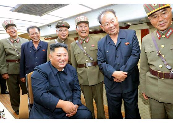 2019年8月10日の発射を視察する北朝鮮の金正恩朝鮮労働党委員長=労働新聞ホームページから朝日新聞が掲載