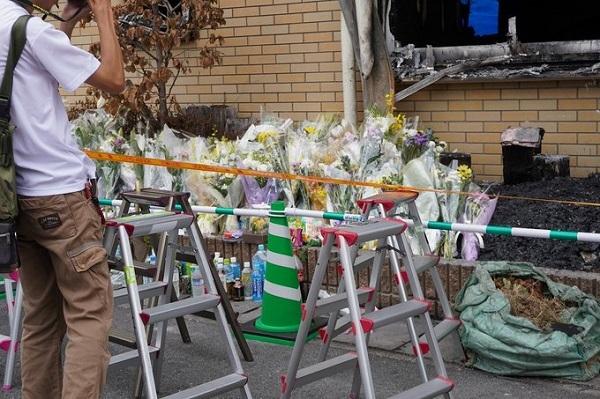 京アニの件、献花に訪れたらマスコミの酷さに愕然とした。 親族の方が来られて建物に入られた途端、手を合わせに来てる方そっちのけで前を陣取り撮影。左端から親族の方が出てこられたら脚立散らかしたまま追っかけ