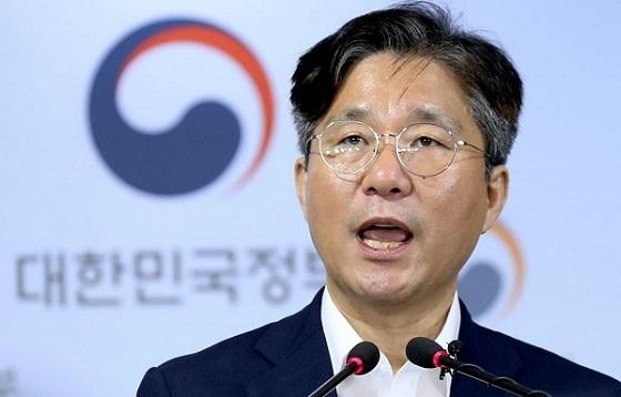 成(ソン)允(ユン)模(モ)産業通商資源相は、記者会見で「韓国の輸出統制制度の未熟さや両国間の信頼関係の毀(き)損(そん)など、日本側が挙げる措置理由には全て根拠がない」と批判。