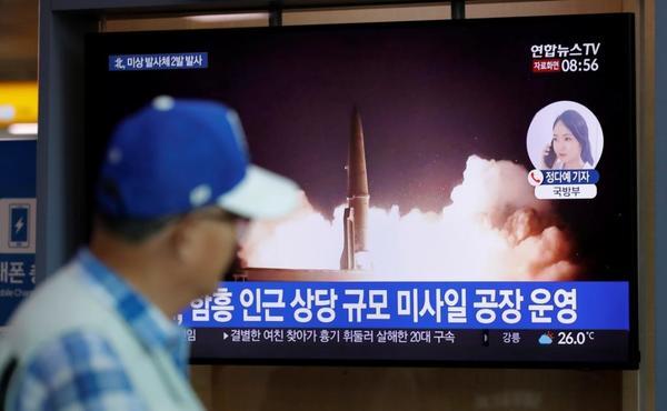 北朝鮮が8月10日に打ち上げたミサイルの映像を見る人。韓国の首都ソウルで(写真:AP/アフロ)驚愕、韓国が北朝鮮に弾道ミサイル供与か——中国やロシア製ではなく韓国陸軍も装備する米軍ATACMSに酷似
