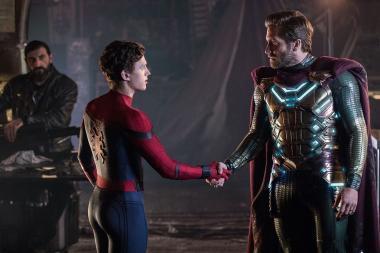 ジョン・ワッツ 『スパイダーマン:ファー・フロム・ホーム』 スパイダーマン=ピーター(トム・ホランド)とミステリオ(ジェイク・ギレンホール)。