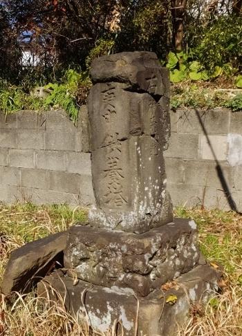 神明社参道入口の庚申塔