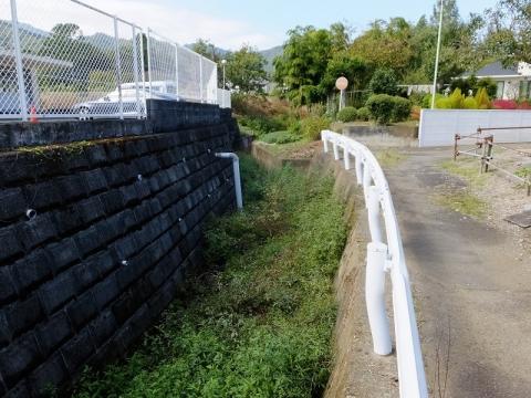 神奈川リハビリテーション病院の池から始まる小河川