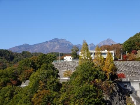 八ヶ岳を背景に大門ダム管理所