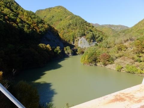塩川ダムの鹿鳴峡大橋より塩川上流を望む