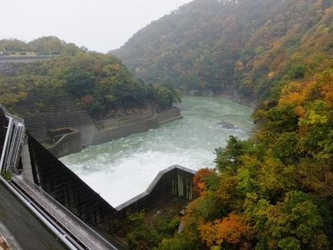 城山ダム直下の相模川