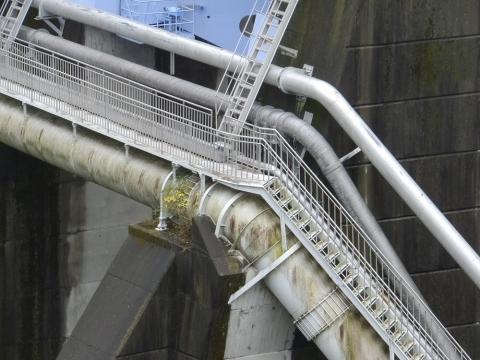 城山ダム堤体に添架の管理用通路
