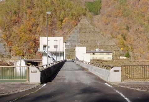深城ダム堤体上の管理橋