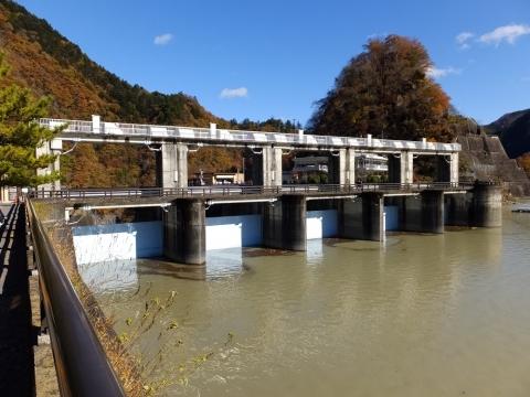 小河内ダムの余水吐水門