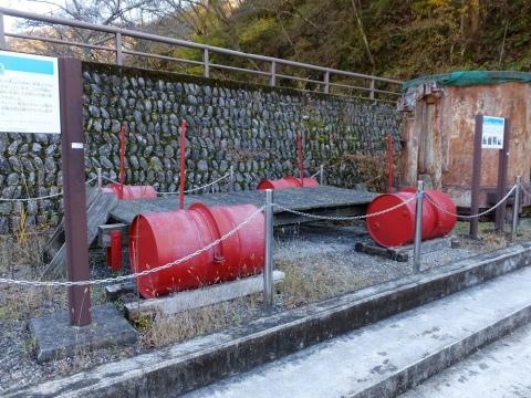 小河内ダムモニュメント・ドラム缶浮橋