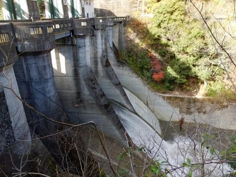 道志ダムの洪水吐ゲート放流
